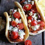 Libanees platbrood met zalm, tomaatjes en feta
