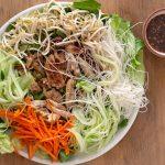 Vietnamese noedelsalade met kip