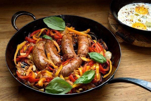 Italiaanse worstjes, paprika's en uien