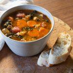 Linzensoep met wortel, boerenkool en worst